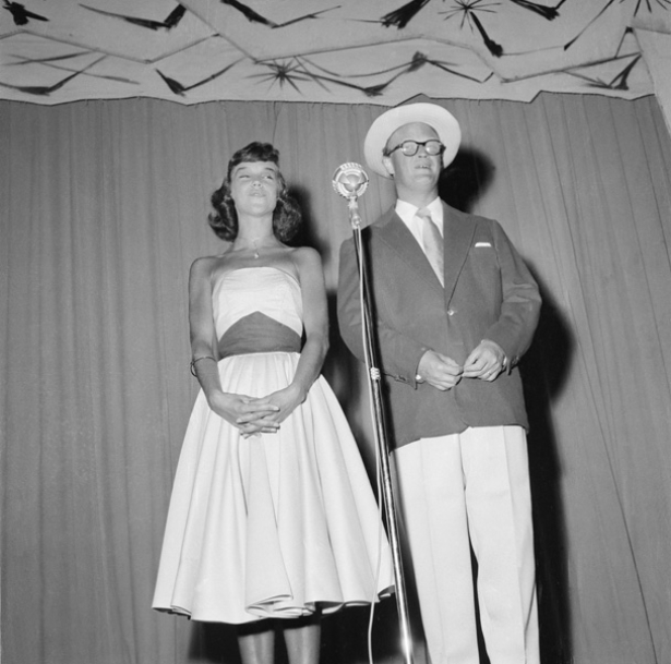 Knäppupp-revyn i Falun juli 1955. Povel Ramel, Gunver Bergqvist.