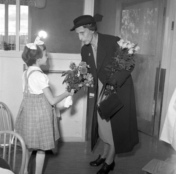 Drottning Louise besöker barnavdelningen på Falu lasarett under Kungens Eriksgata 1954.